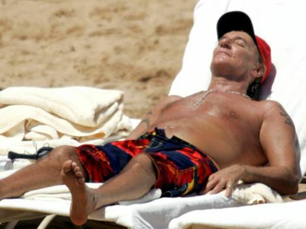 9454, OAHU, HAWAII - Friday April 7 2006. EXCLUSIVE: Singer Rod Stewart takes advantage of the Hawaiian sun. He relaxed on the beach for the second day in a row and baked himself in the heat. Rod decided after about an hour in the sun to apply some lotion Foto: All Over Press