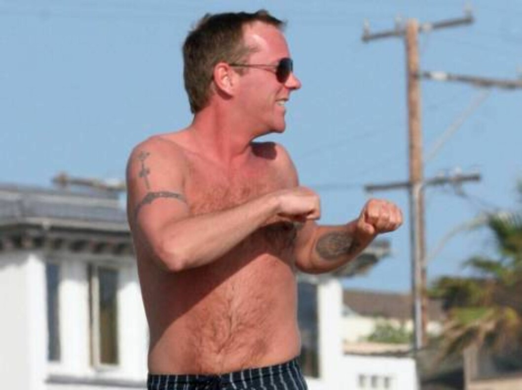 Tv show 24 star and very rich Kiefer Sutherland hits the beach in Orange County and flexes his muscle june 17, 2006 X17agency EXCLUSIVE / ALL OVER PRESS Foto: All Over Press