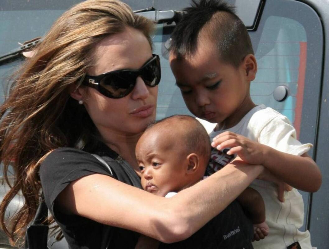 <strong>SJALUSI:</strong> Angelinas to adoptivbarn ser litt ulik på familiens nye tilvekst... Foto: All Over Press