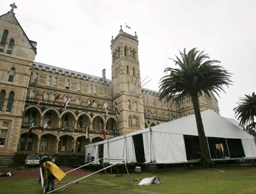 <strong>HER SKAL DET SKJE:</strong> Det jobbes døgnet rundt med å forberede årets bryllup i Australia. Foto: SCANPIX/AP
