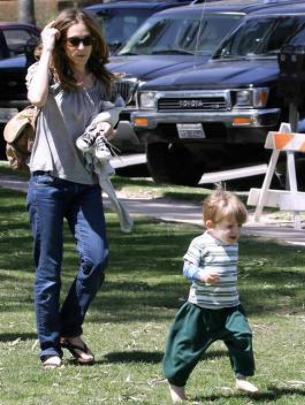 <strong>Code:</strong> X17XX8 - Madison, Santa Monica, USA, 16.04.2005: Sarah Jessica Parker playing with son James at a park in Santa Monica , California, climbing trees, running. All Over Press / X17 Agency / Madison      EXCLUSIVE  / ALL OVER PRESS Foto: All Over Press