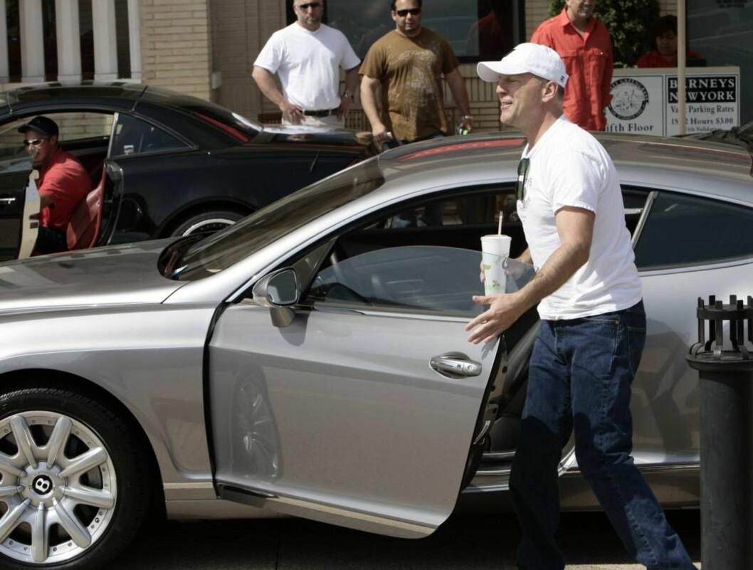 <strong>STORKAR:</strong> Bruce Willis i sin Bentley. Foto: All Over Press