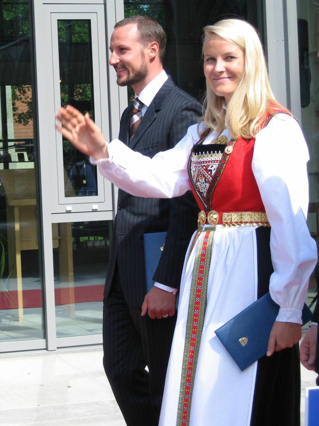 <strong>HARDANGERSKRUD:</strong> Mette-Marit og Haakon på vei fra Nidarosdomen. Foto: Marcus Husby