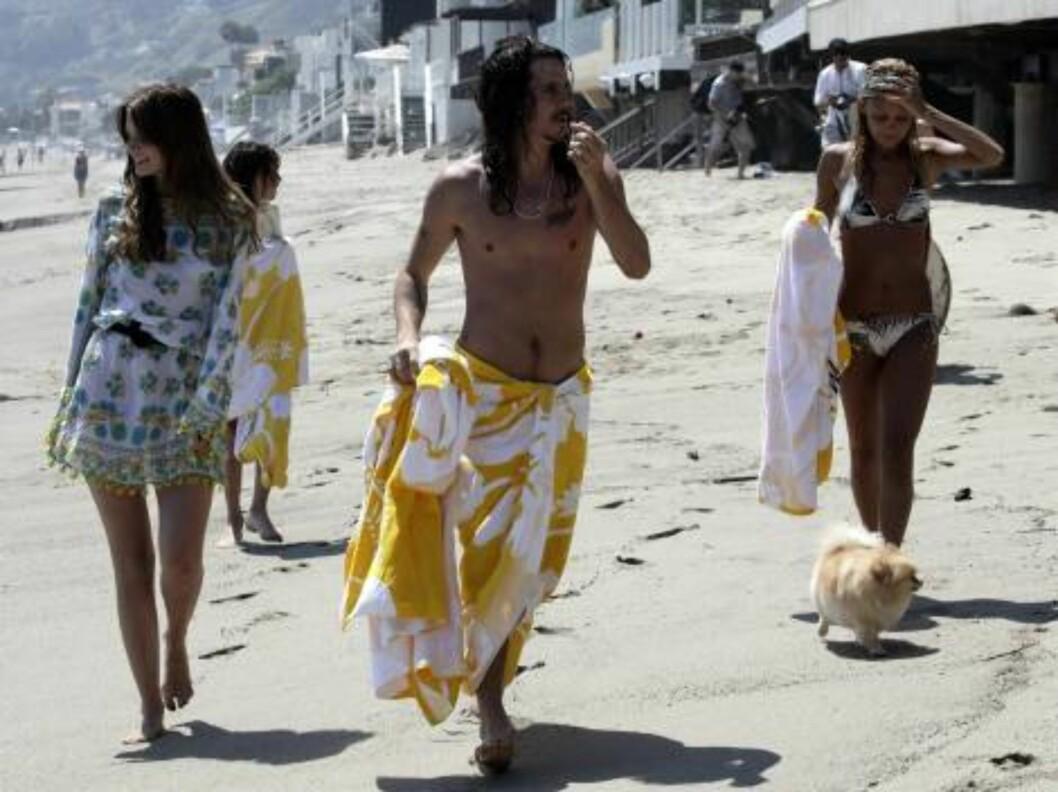 Mischa Barton and Nicole Richie in bikini on the beach in Malibu with boyfriend surfer rocker Cisco Adler June 17, 2006 X17agency exclusive EXCLUSIVE Foto: All Over Press