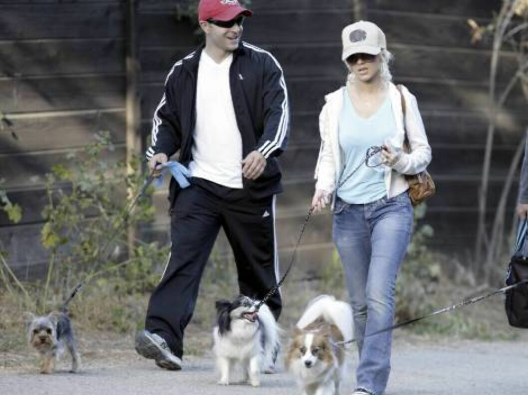 Christina Aguilera walks her powerful dog in the Hollywood Hills. May 19, 2006 X17agency EXCLUSIVE / ALL OVER PRESS Foto: All Over Press