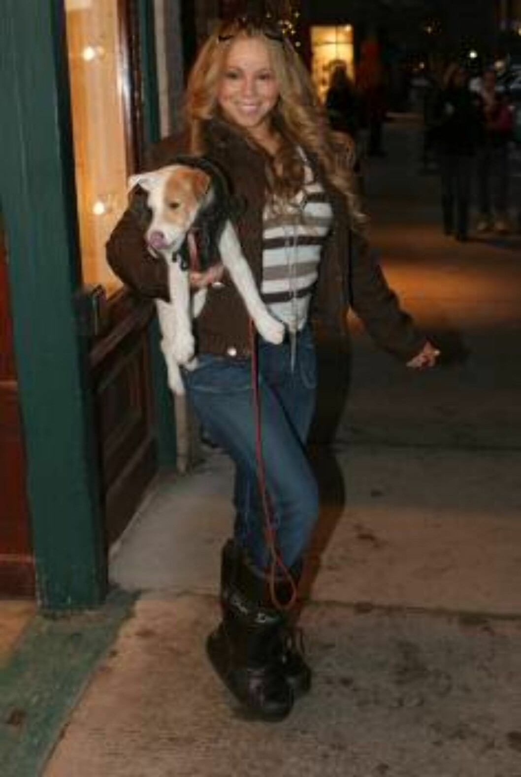 Mariah Carey carrying a puppy in Aspen, Cololrado. December 24, 2005 X17agency EXCXLUSIVE / ALL OVER PRESS Foto: All Over Press