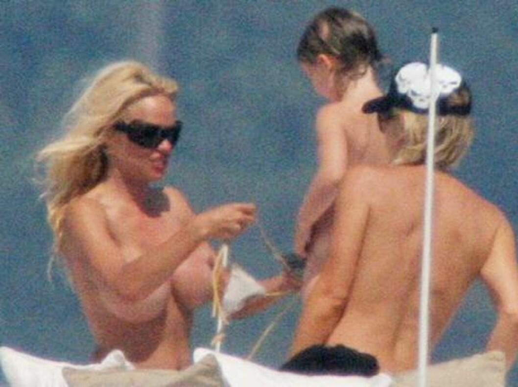 <strong>MISS SOLSKINN:</strong> Tobarnsmoren fikser på bikinitoppen. Foto: Stella Pictures