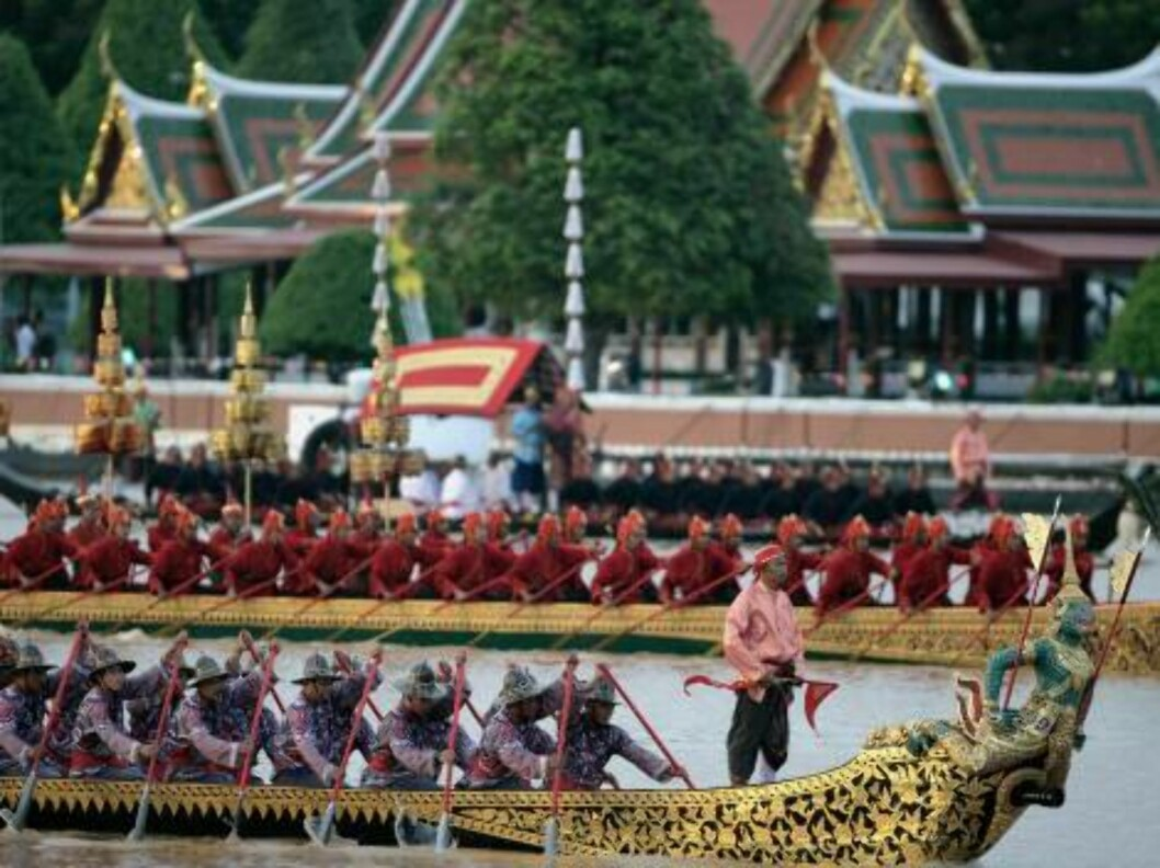 BANGKOK, THAILAND - JUNE 12:  The Thai Royal Barge procession cruises down the Chao Praya river with the Royal Palace in the background celebrating the 60th anniversary of Thailand King Bhumibol Adulyadej accession to the throne on June 12, 2006 in Bangko Foto: All Over Press
