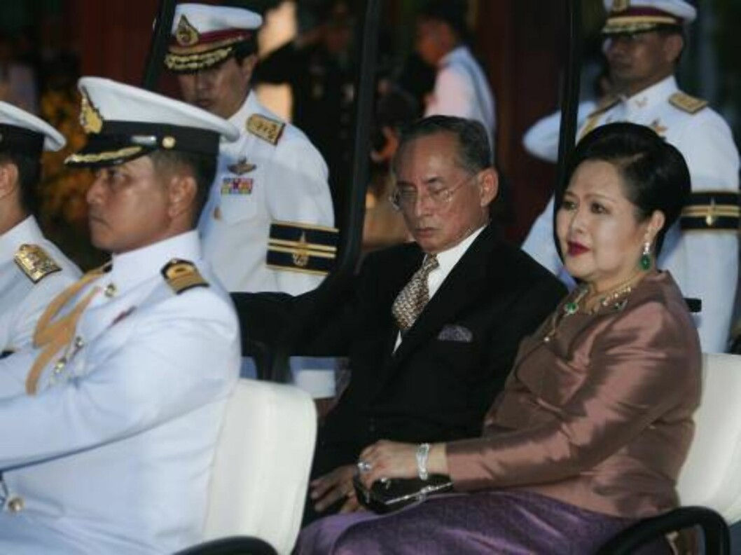 BANGKOK, THAILAND - JUNE 12:  Thailand's King Bhumibol Adulyadej (L) and Queen Sirikit (R) arrive at the Royal Navy Club in a Golf Cart to attend the Royal Barge Procession on June 12, 2006 in Bangkok. The king of Thailand is marking the 60th anniversary Foto: All Over Press