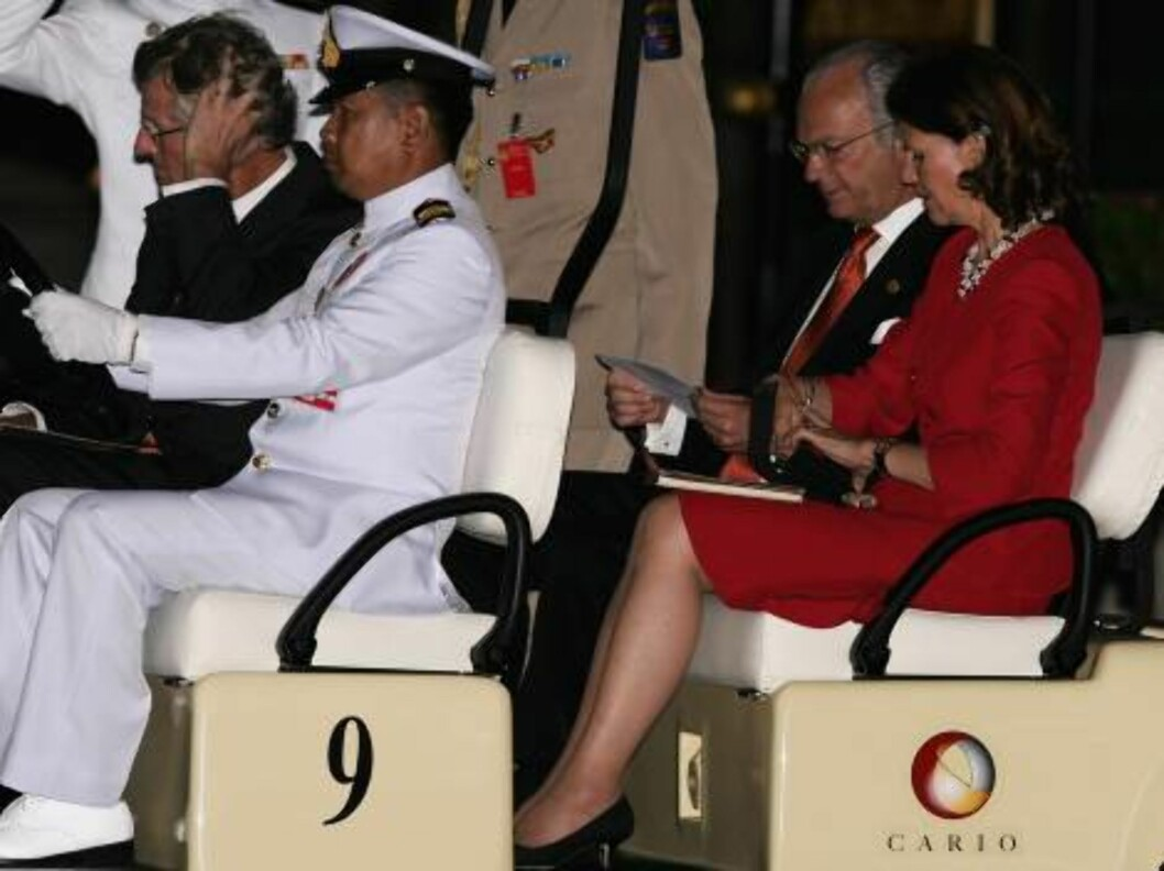 BANGKOK, THAILAND - JUNE 12: King Carl Gustav of Sweden (2nd row L) and Queen Silvia of Sweden (R) arrive at the Royal Navy Club in a Golf Cart to attend the Royal Barge Procession on June 12, 2006 in Bangkok. The king of Thailand is marking the 60th anni Foto: All Over Press