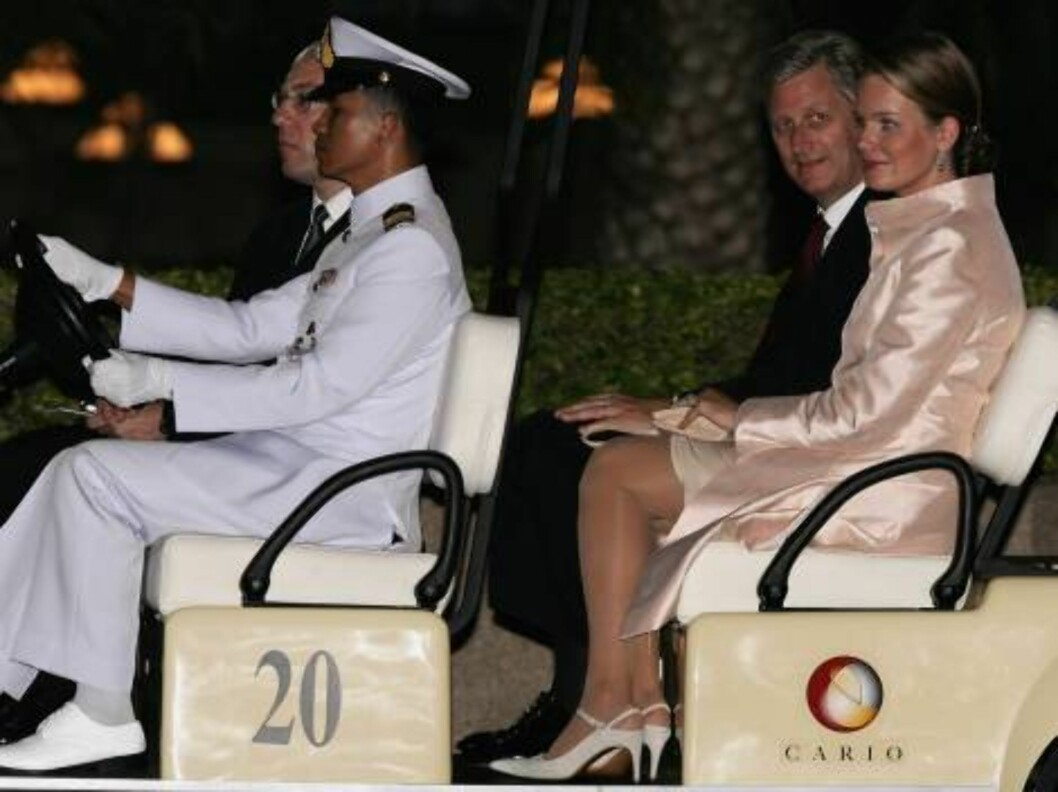 BANGKOK, THAILAND - JUNE 12:  Crown Prince Philippe of Belgium (L) and Princess Mathilde of Belgium arrive at the Royal Navy Club to attend the Royal Barge Procession on June 12, 2006 in Bangkok. The king of Thailand is marking the 60th anniversary of his Foto: All Over Press