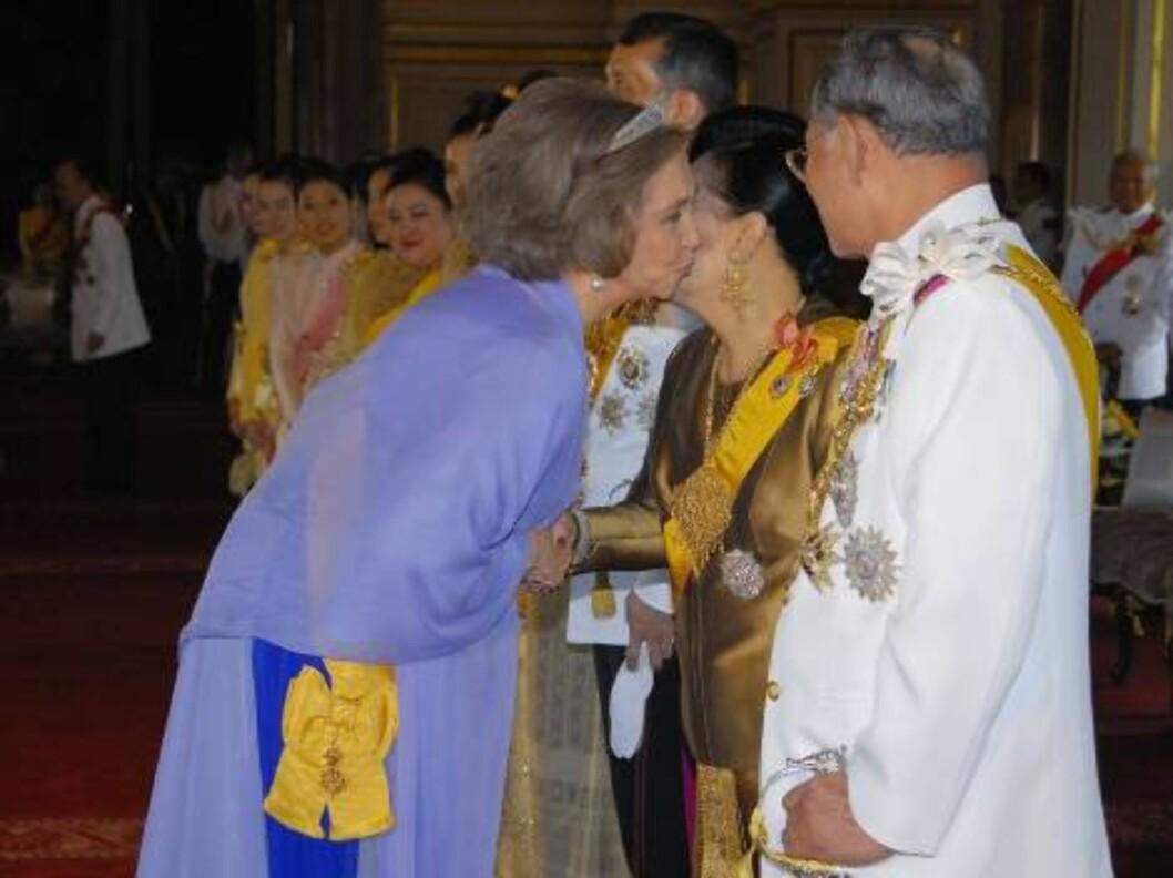 BANGKOK, THAILAND - JUNE 12: Thai King Bhumibol Adulyadej, right, looks on as Spanish Queen Sofia, left, kisses the cheek of Thai Queen Sirikit at the Ananda Samakhom Throne Hall on June 12, 2006 in Bangkok, Thailand. The representatives of 25 royal house Foto: All Over Press