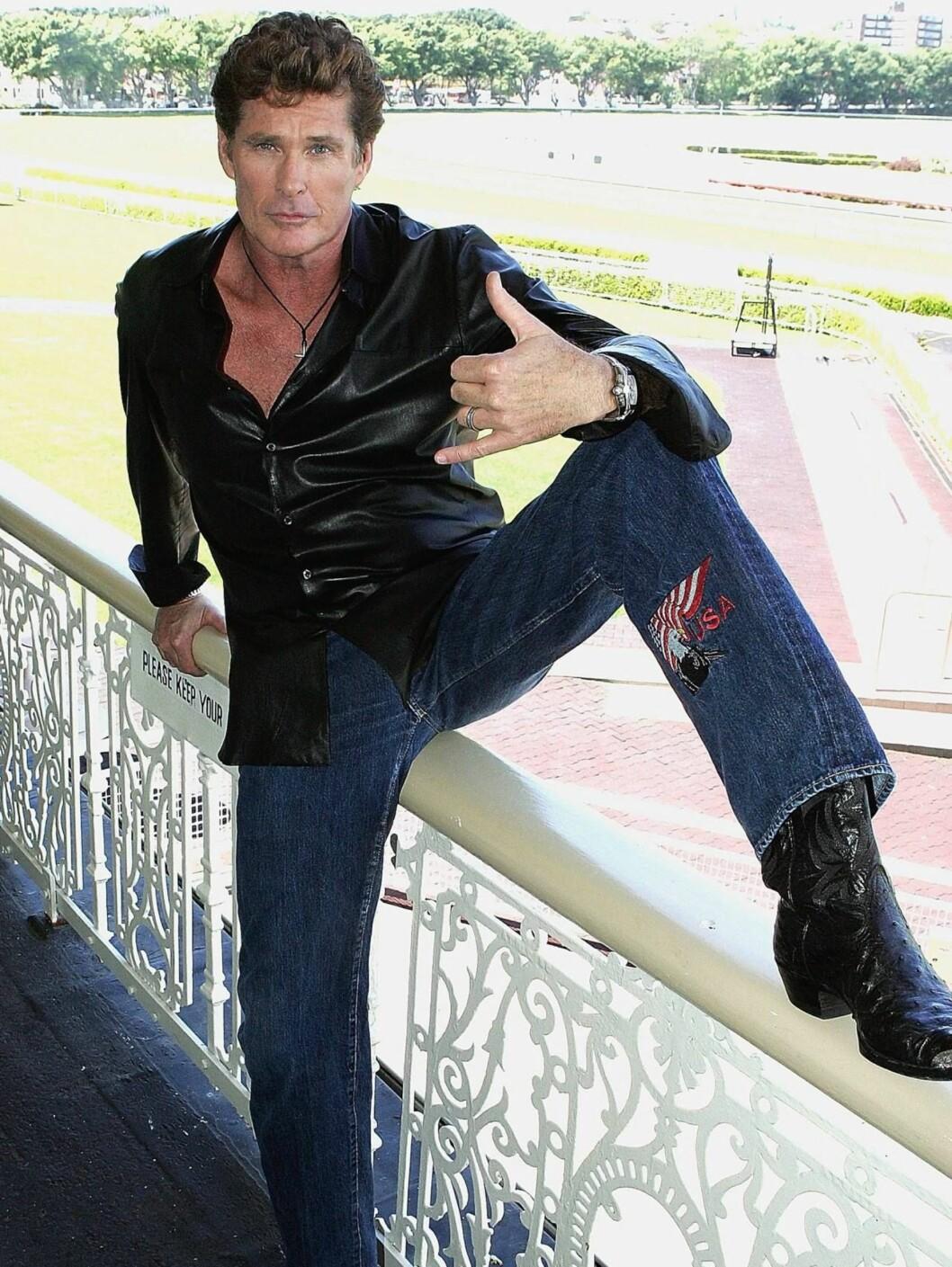 <strong>TOMMELEN OPP:</strong> Den aldrende Baywatch-stjernen er fortsatt en populær mann. Foto: All Over Press