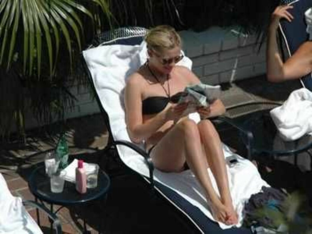 Code: X17XX8 - Koneh, Hollywood, USA, 21.08.2005: Kirsten Dunst enjoying a day at the pool of the hotel Chateau Marmont in Hollywood. Kirsten is trying to avoid a conversation with her pool neighbor. All Over Press / X17 Agency / Koneh        EXC Foto: All Over Press