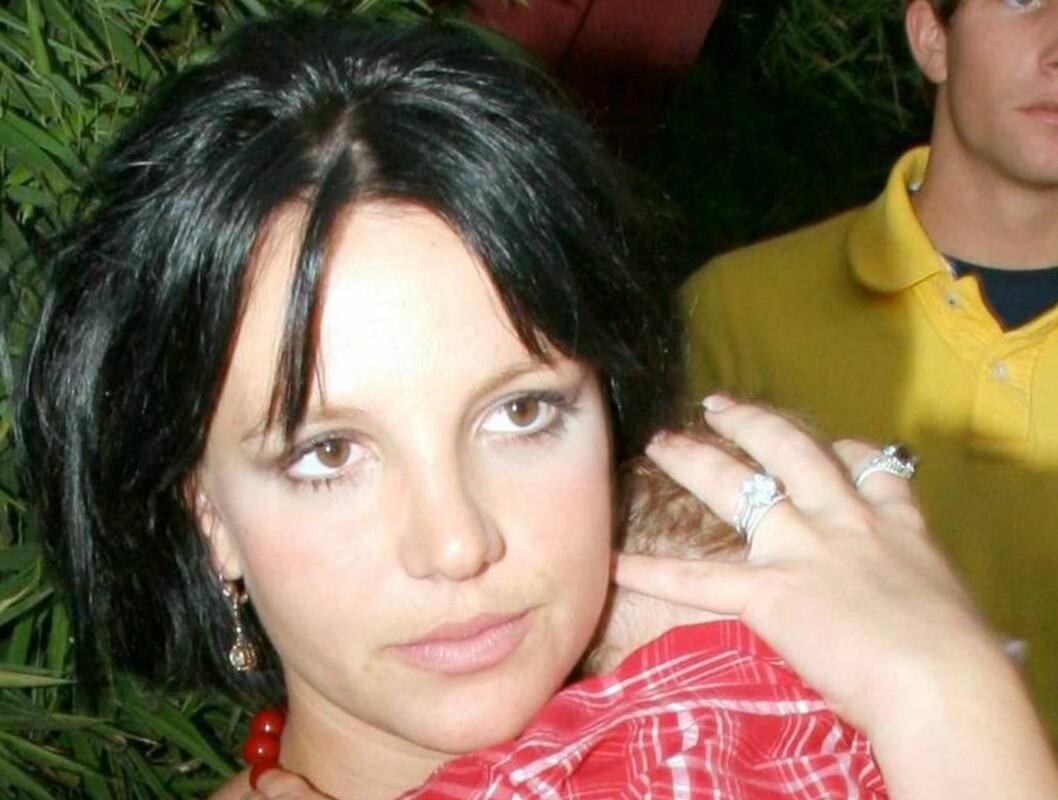 MØRKE LOKKER: Britneys nye stil - hun er nesten ikke til å kjenne igjen! Foto: All Over Press