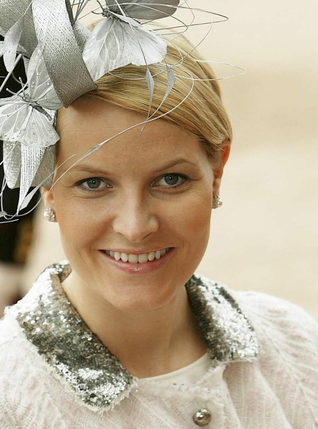 SOMMERFUGLER: Under Sverre Magnus' dåp stilte kronprinsessen i en sølvfarget kreasjon med sommerfugler. Foto: Se og Hør