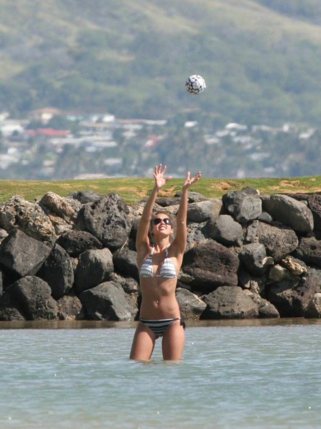 Jessica Alba enjoying long vacation with Cash Warren in Hawaii.. January 5, 2006 X17agency EXCLUSIVE / ALL OVER PRESS Foto: All Over Press