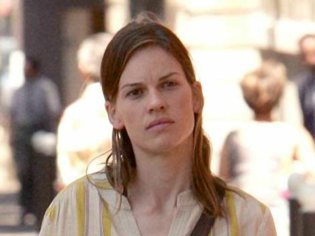 Hilary Swank lost in Paris relies on her map to find the Musee D'Orsay. June 12, 2006 X17agency EXCLUSIVE Foto: All Over Press