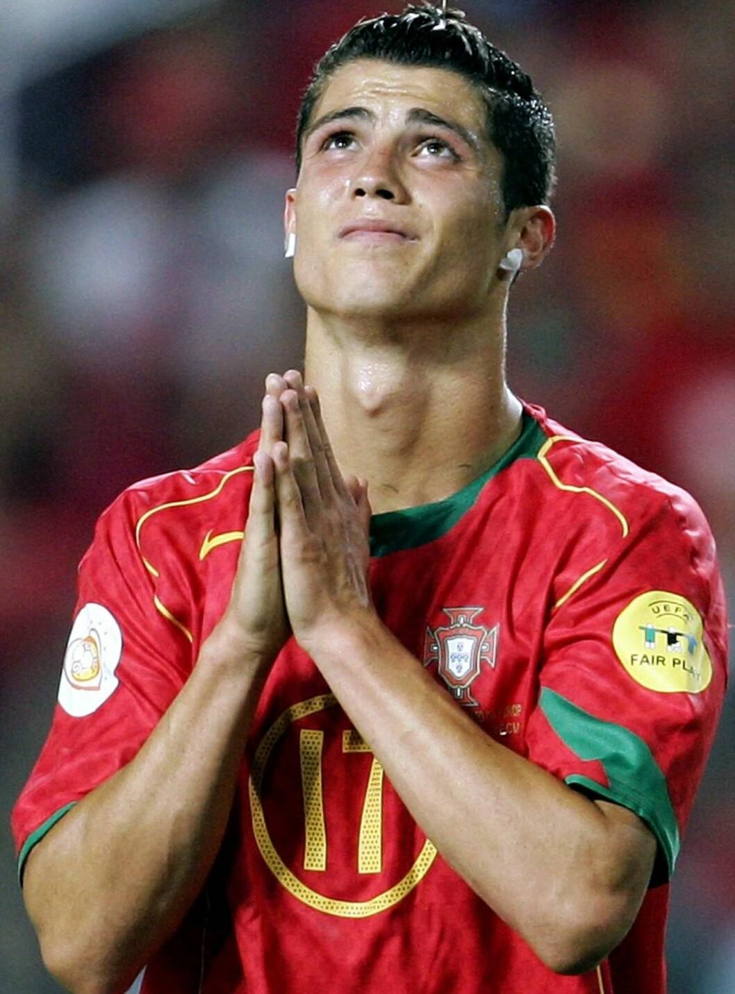 STILLE BØNN: Portugiserne ber om at Ronaldo skal skyte dem til gull! Foto: SCANPIX