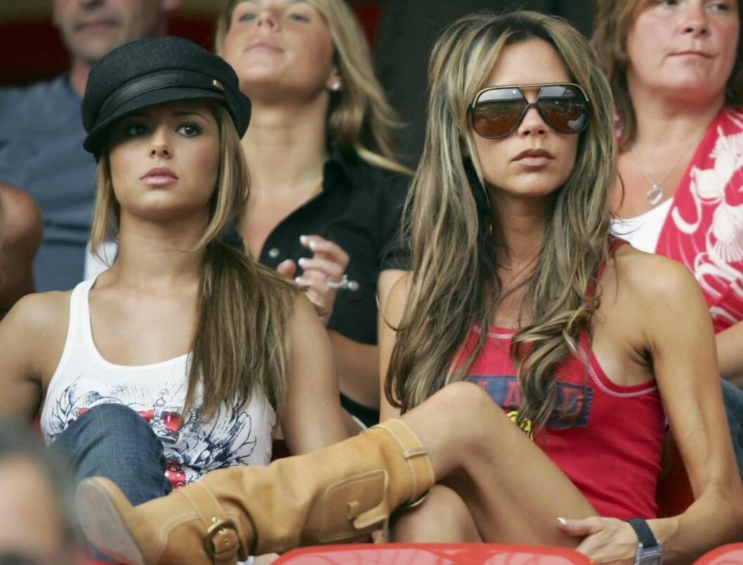 FOTBALLFRUENE: Cheryl Tweedy er Ashley Coles kjæreste. Bak er Coleen, Wayne Rooneys kjæreste. Men fru Beckham viser seg mest. Foto: All Over Press