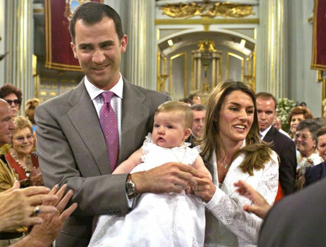 HYLLES: Spanjolene var glade for å få et glimt av prinsesse Leonor, som bæres frem av foreldrene Felipe og Letizia. Foto: AP