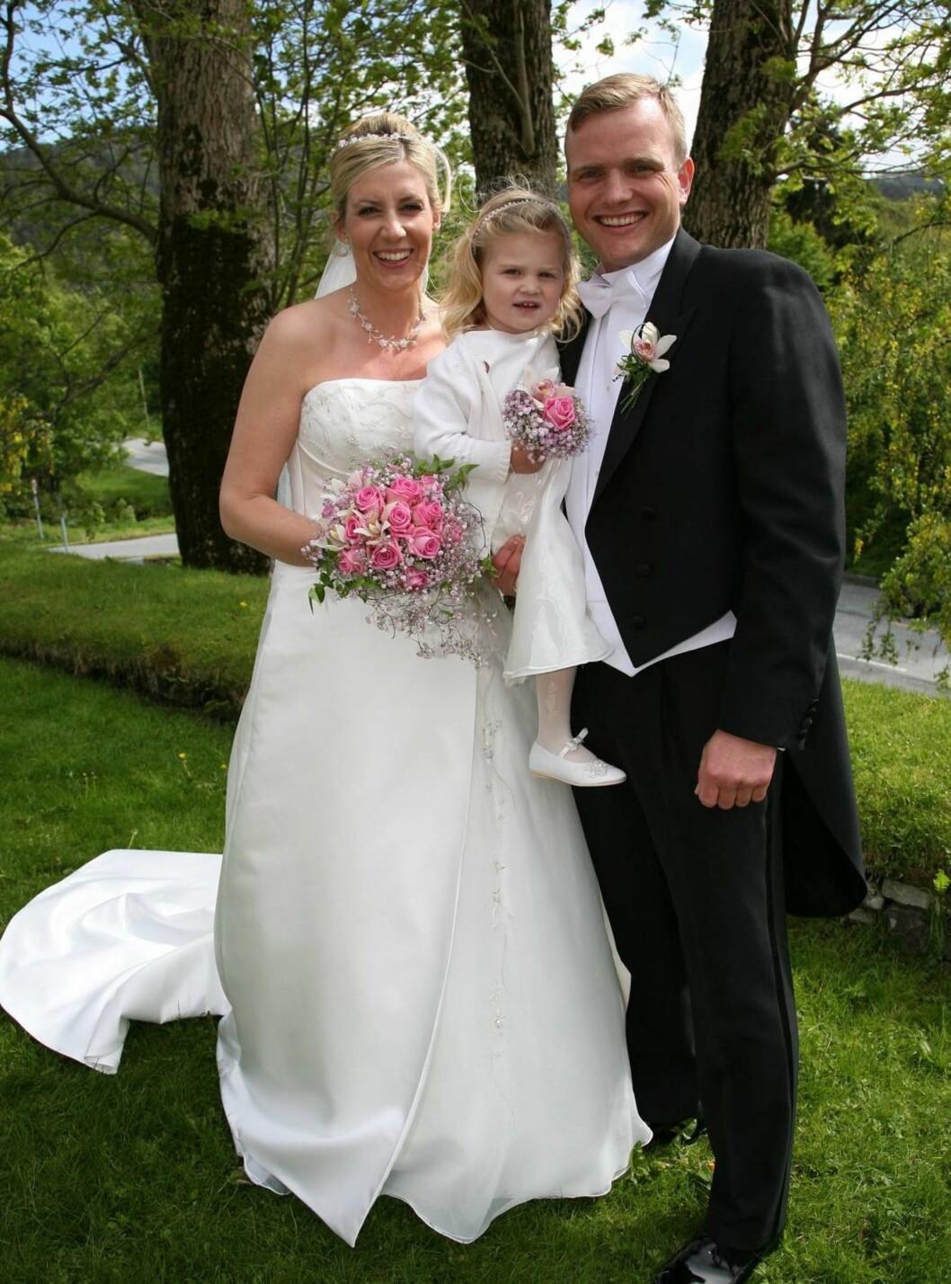 STRÅLTE: Datteren Marie (2) var brudepike da mor og far giftet seg. Foto: Se og Hør