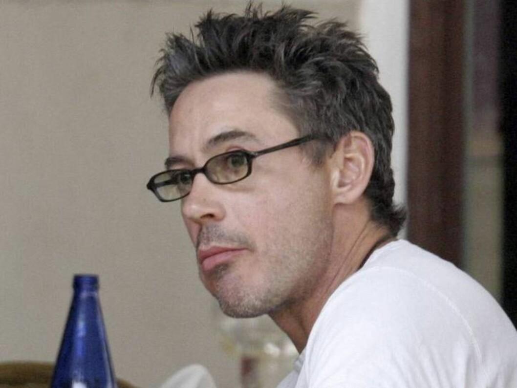 LUNSJTID: Robert spiser lunsj i Malibu, med kledelig grå manke. Foto: All Over Press