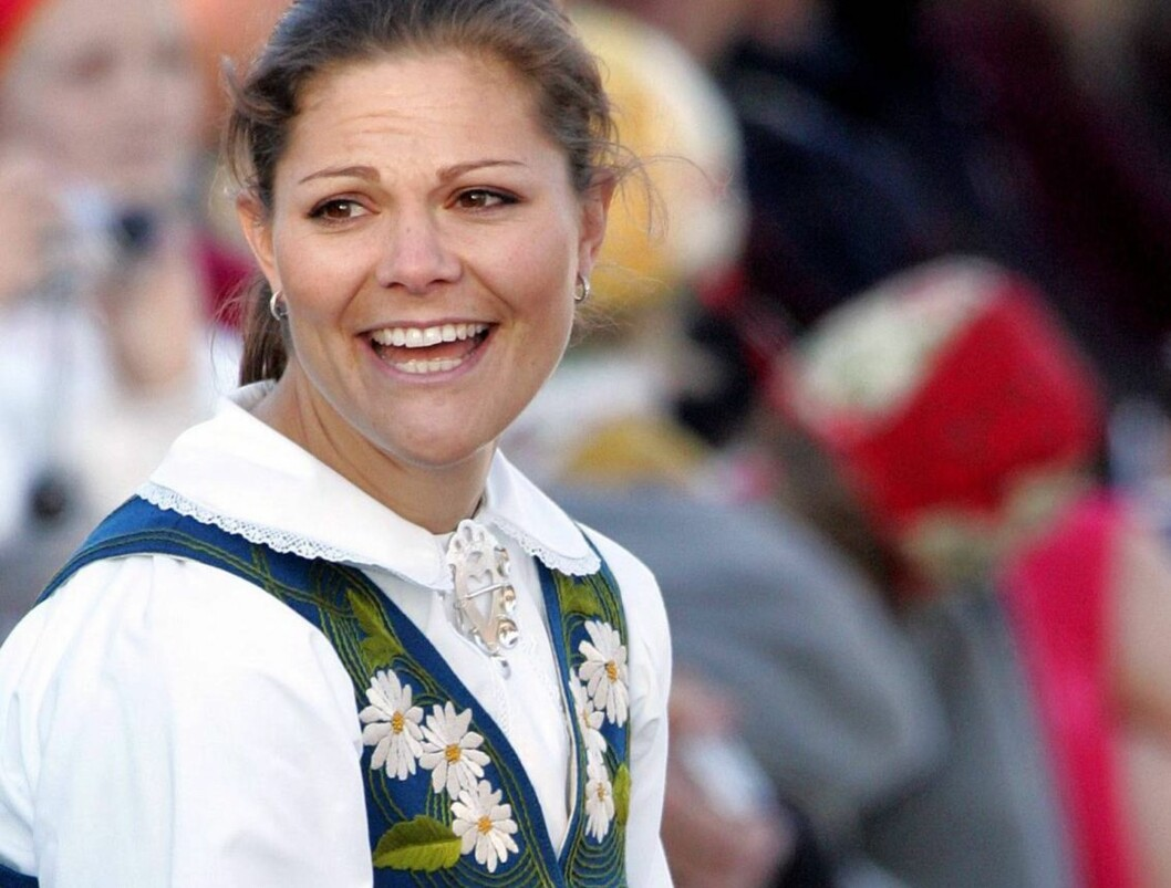 NASJONAL PRYD: Kronprinsesse Victoria (28) i tradisjonell drakt på Sveriges nasjonaldag. Foto: All Over Press