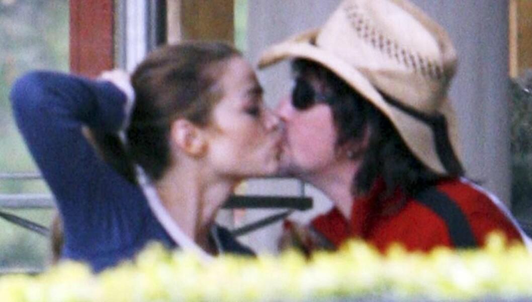HETE KYSS: - Richards og Sambora kysset, holdt hverandre i hendene og gikk arm i arm mens de nøt ettermiddagen saqmmen alene, forteller et øyenvitne. Foto: All Over Press