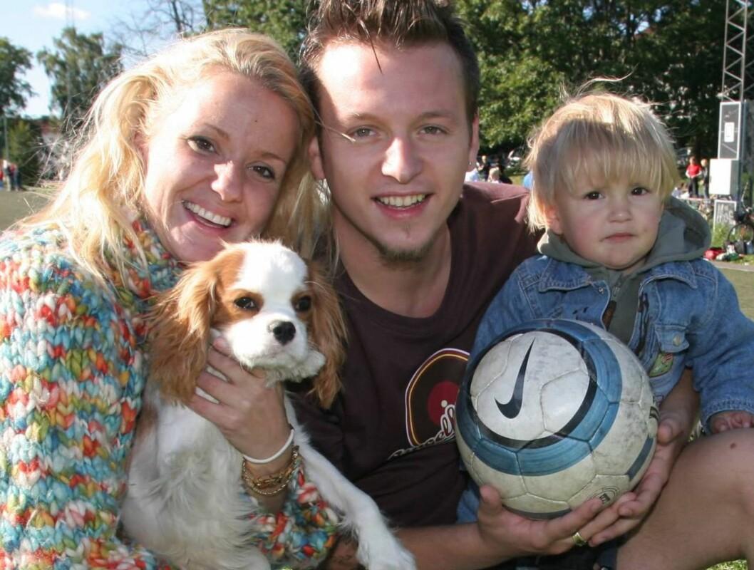 FAMILIELYKKE: Nicholas Carlie med kona Katrine, sønnen Dominic og hunden Professor gleder seg over å få et nytt medlem i familien. Foto: Se og Hør, Tore Skaar