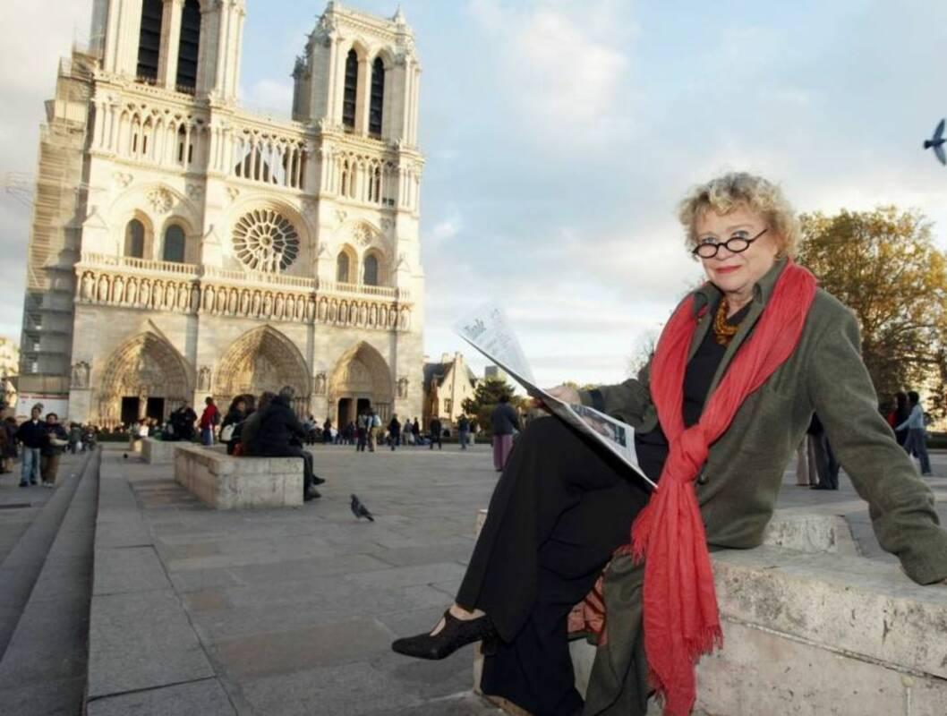 PARISISK KLASSIKER: Paris har mange berømte bygninger. Her sitter korrupsjonsjeger Eva Joly foran Nôtre Dame. Foto: Werner Juvik/Se og Hør
