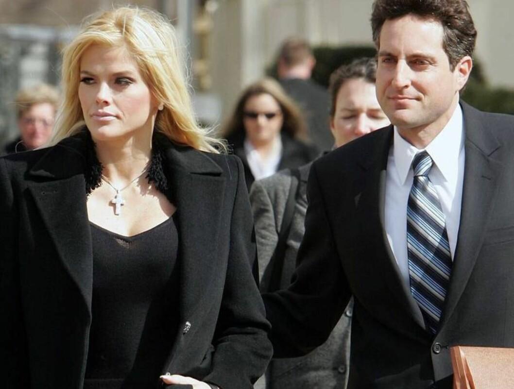 TIL RETTEN: Anna Nicole kjemper fortsatt mot sin avdøde ektemanns familie i retten. Her med sin advokat Howard Stern. Foto: All Over Press