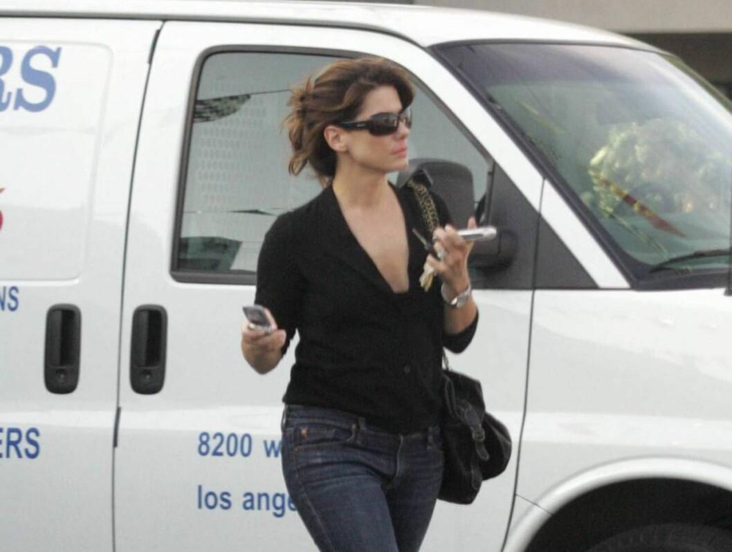 ALLTID MED MOBIL: Sandra Bullock lever i frykt, og har alltid mobilen parat. Foto: All Over Press