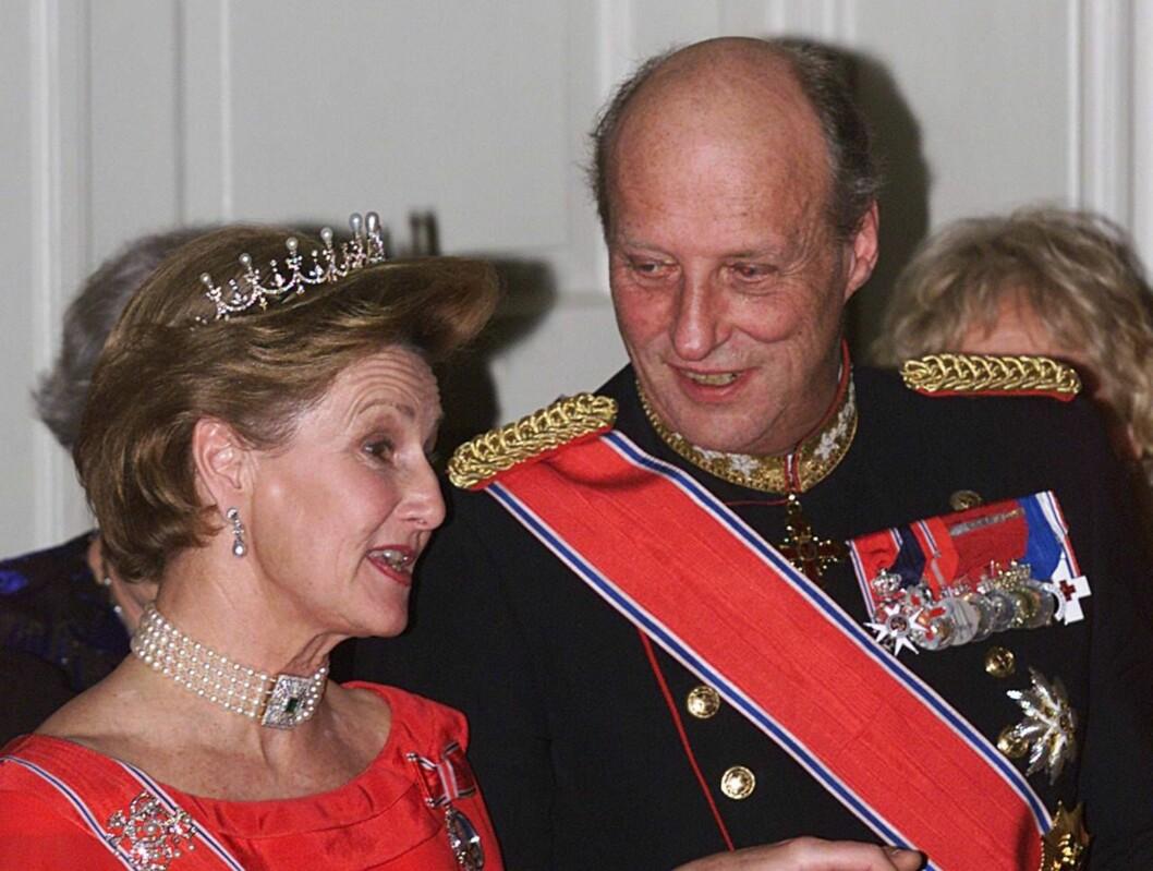GIFT I 40 ÅR: - Nærmere enn dette kommer vi ikke 40 år av kongelig, ekteskapelig lykke, sier Dronningen til Aftonbladet. Foto: All Over Press