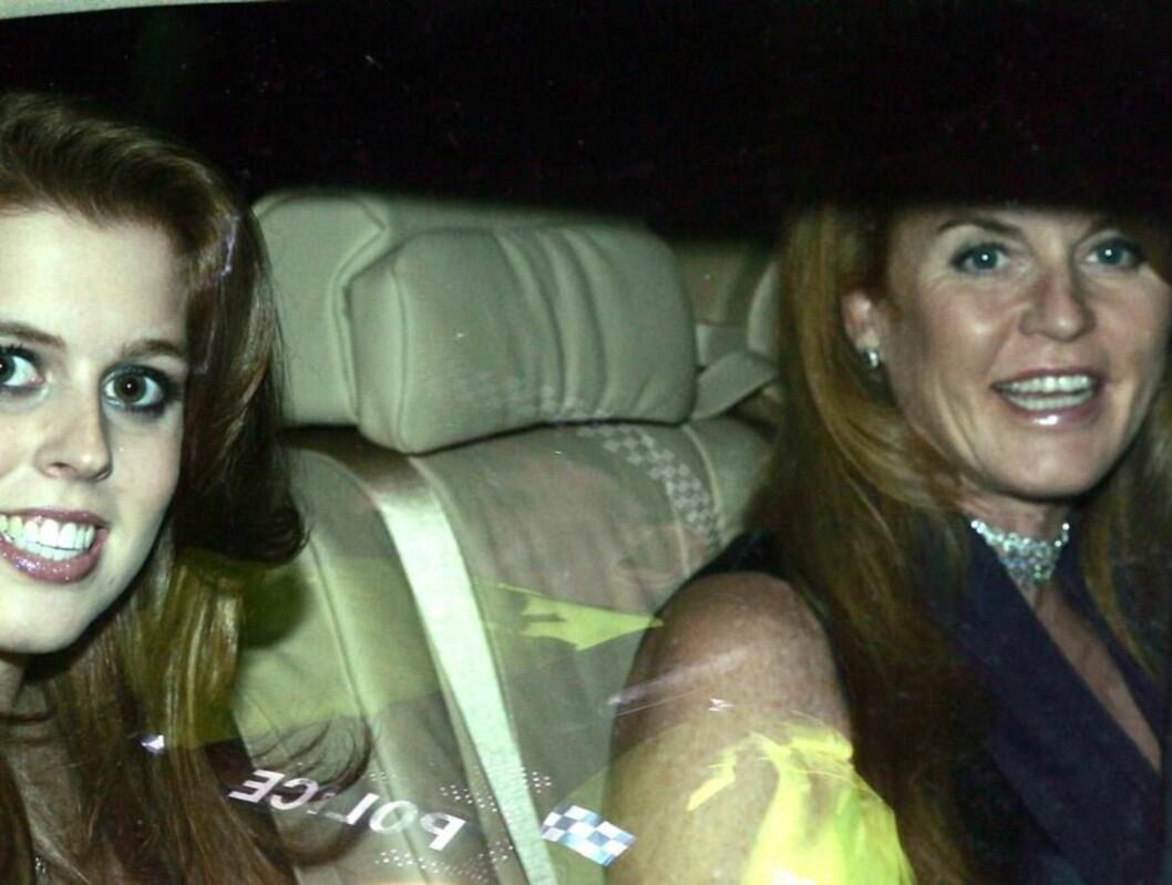 PÅ FLØRTER'N: Fergie var svært leken og fnisete på festen til Beckhams. Her er hertuginnen og hennes datter Beatrcie på vei til festen. Foto: AP