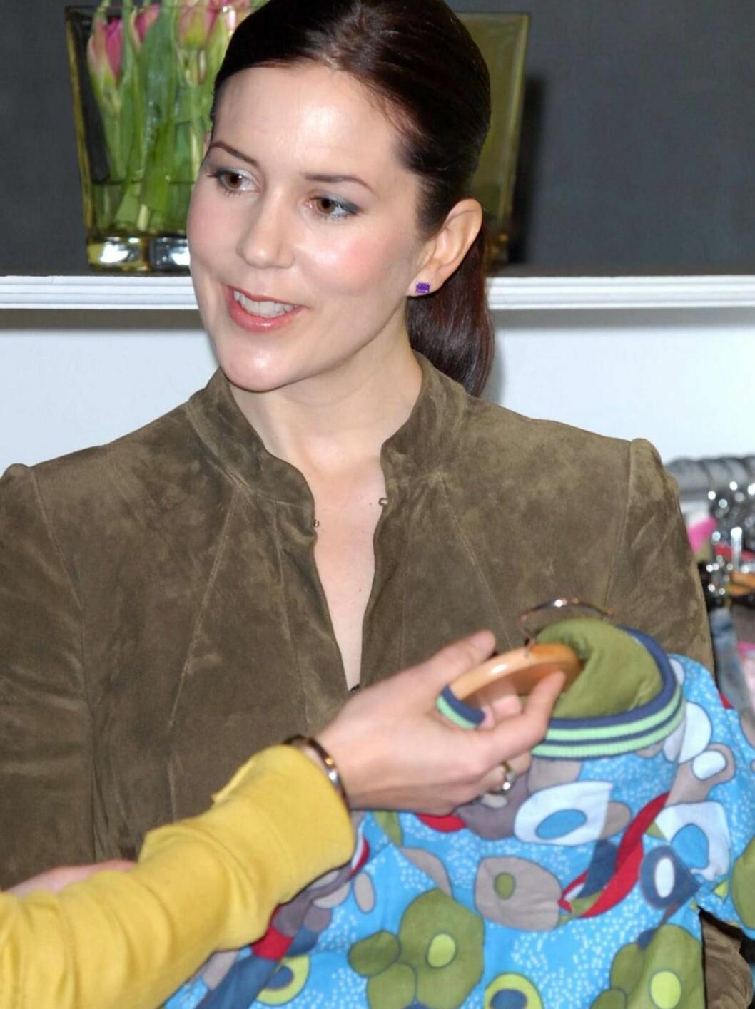 MOTEINTERESSERT: Mary falt for mye av barnetøyet på motemessen. Foto: All Over Press