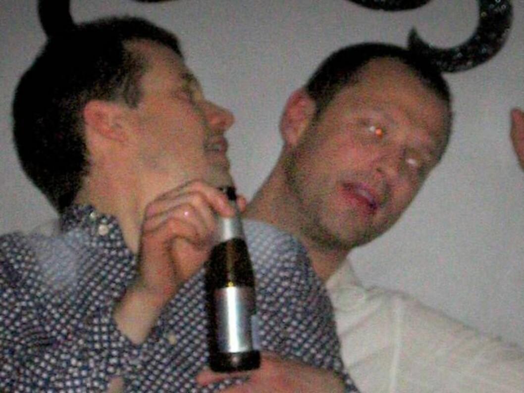 <strong>SKÅL!:</strong> Bordene var dekket av champagnekjølere da kronprins Frederik og kameratene slo ut håret i Stockholm. Foto: All Over Press