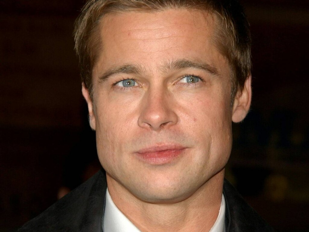 """** FILE ** Brad Pitt arrives at the premiere of """"Ocean's Twelve"""" in a Los Angeles file photo from Dec. 8, 2004. Pitt is taking on poverty and AIDS in Africa, and the tabloids. In an hour-long ABC """"Primetime Live"""" special set to air Tuesday night (10 p.m. Foto: Scanpix/AP"""