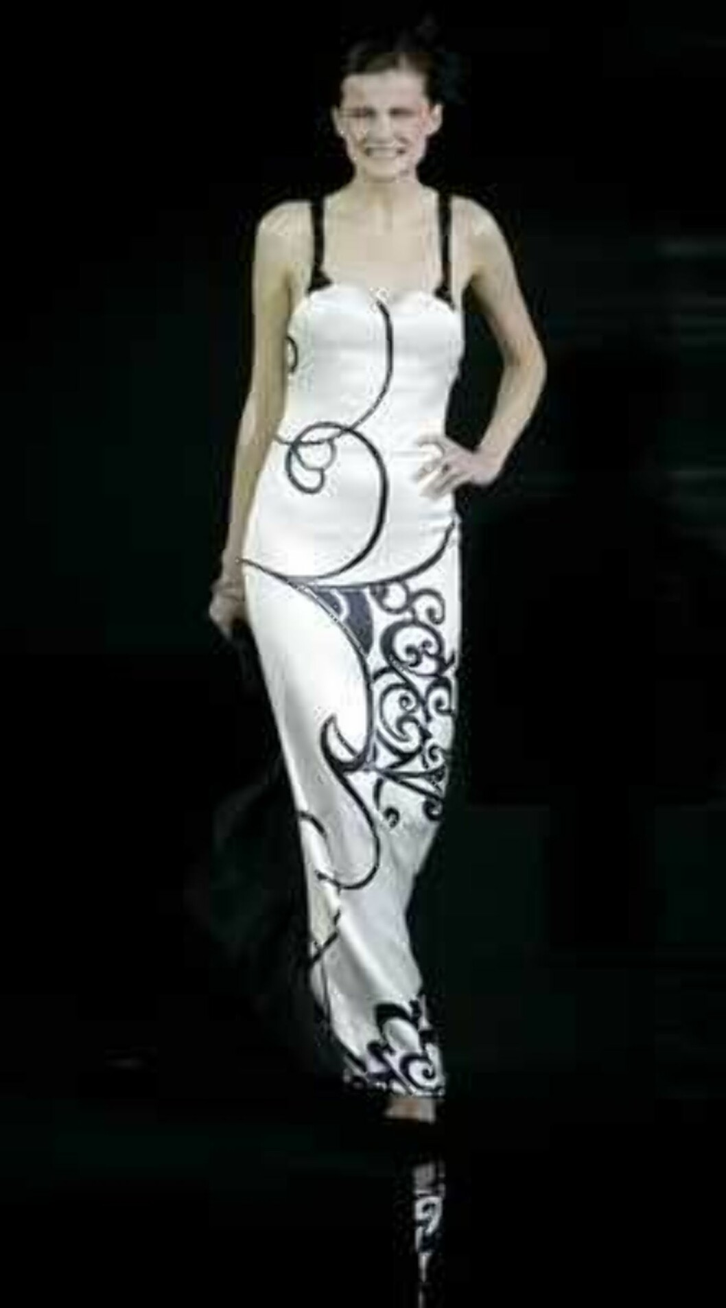 A model presents a creation during the Giorgio Armani Prive Spring-Summer 2006 Haute Couture fashion show in Hong Kong Thursday, March 30, 2006. Giorgio Armani is seeking to expand his fashion empire in China - a place he says has always inspired his desi Foto: AP