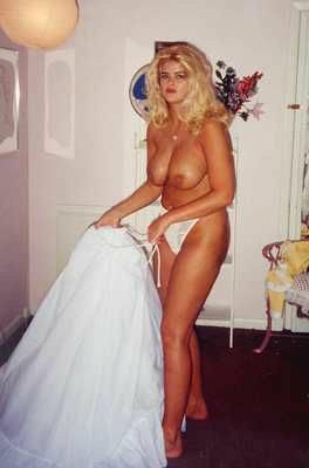 <strong>PÅ MED STAKKEN:</strong> Anna Nicole viser hva hun har under kjolen. Foto: All Over