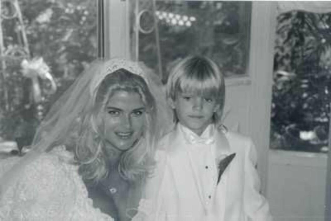 <strong>BRUDESVENN:</strong> Anna Nicoles sønn Daniel fra første ekteskap var glad brudesvenn. Foto: All Over