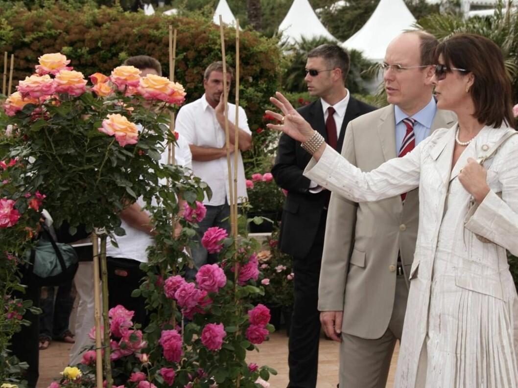 ROJALE ROSER: Prinsesse Caroline hadde nok mange tips til hvordan broren kan pynte opp fyrstepalasset... Foto: Scanpix/AP