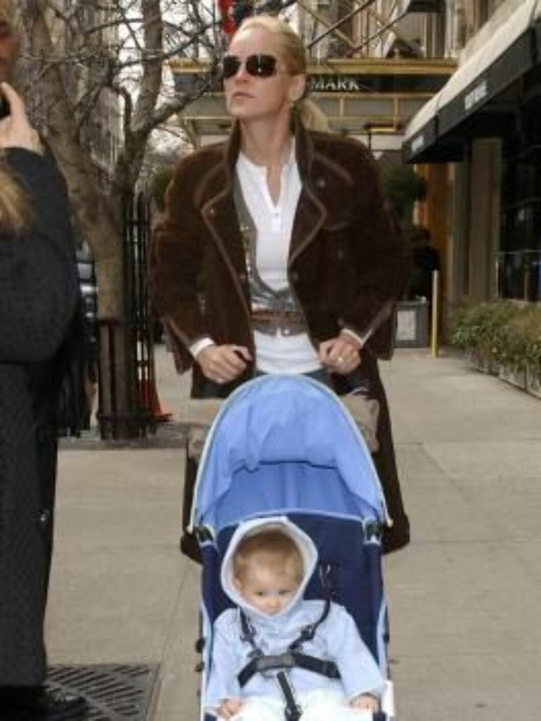This image is not included in any subscription deal. Use of this image will incur a charge.  NEW YORK - MARCH 24: (ITALY OUT, NY DAILY NEWS OUT, NY NEWSDAY OUT) Sharon Stone is seen walking with her newly adopted baby boy, Laird on Madison Ave on March 24 Foto: All Over Press