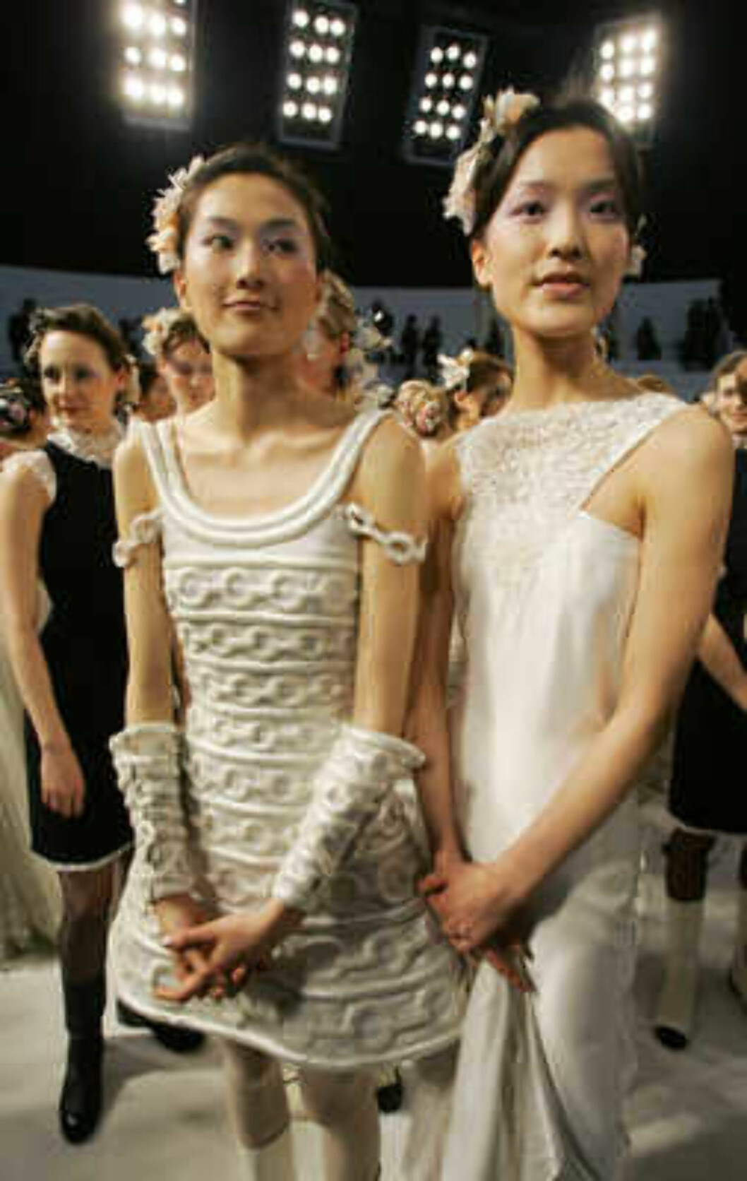 Models present the creations of the German designer Karl Lagerfeld after the Chanel 2006 Spring-Summer Haute Couture fashion show in Hong Kong Friday, March 24, 2006.  (AP Photo/Kin Cheung) Foto: AP