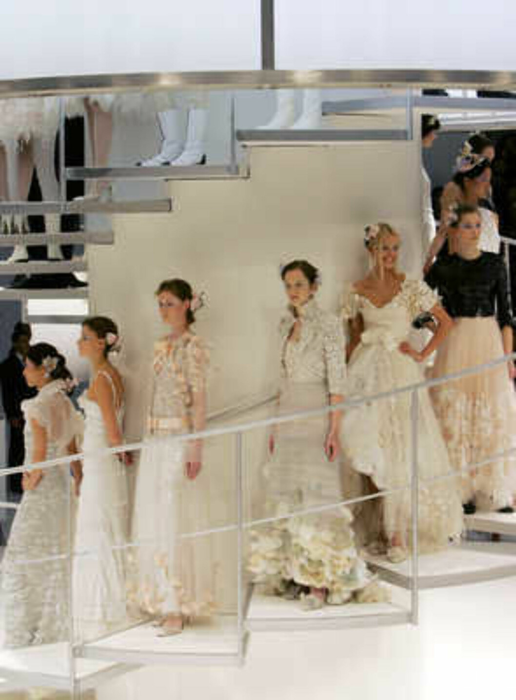 Models present creations by German designer Karl Lagerfeld during the Chanel 2006 Spring-Summer Haute Couture fashion show in Hong Kong Friday, March 24, 2006.  (AP Photo/Kin Cheung) Foto: AP