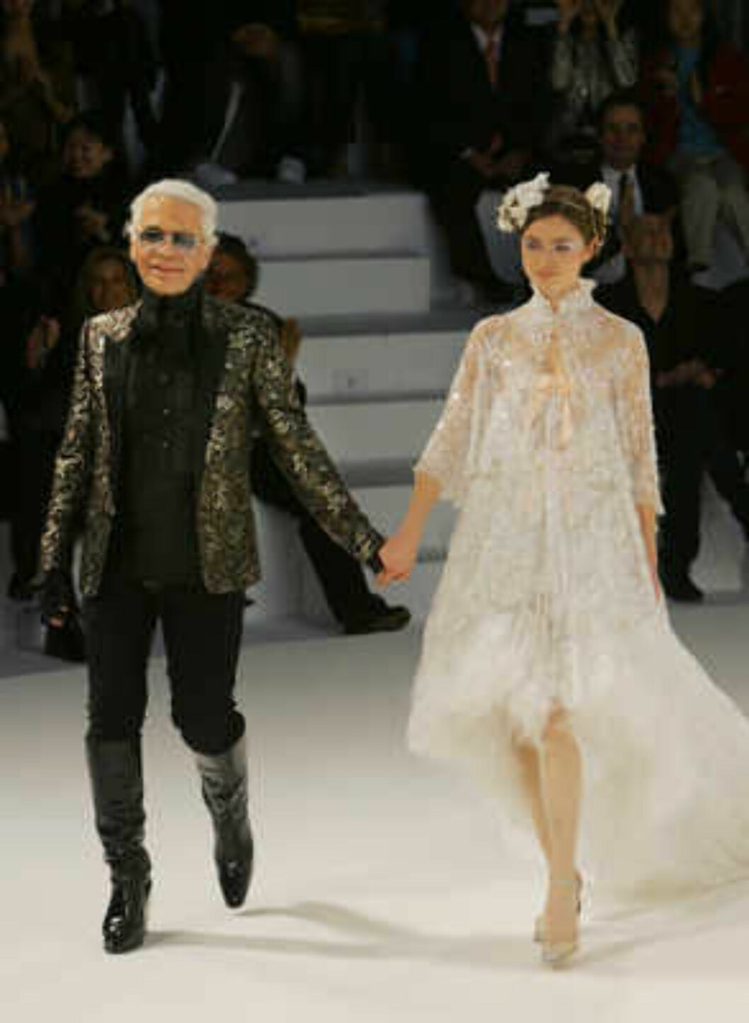 German designer Karl Lagerfeld, left, greets visitors during the Chanel 2006 Spring-Summer Haute Couture fashion show in Hong Kong Friday, March 24, 2006.  (AP Photo/Kin Cheung) Foto: AP