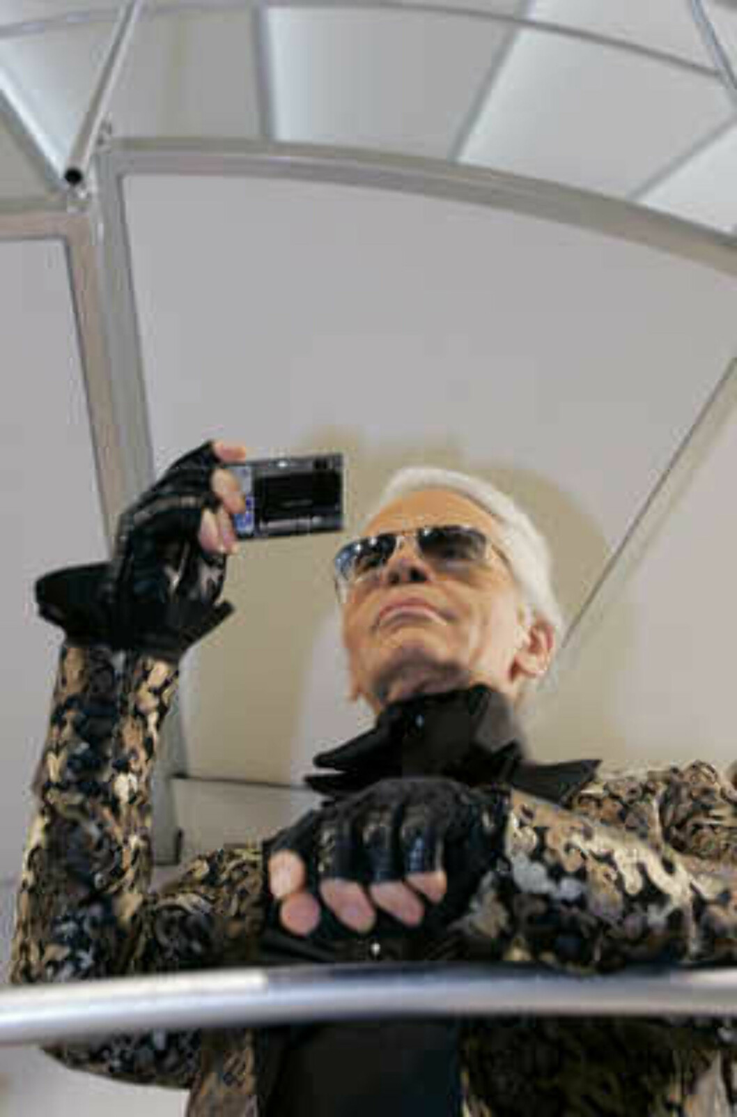 German designer Karl Lagerfeld takes pictures of visitors after the Chanel 2006 Spring-Summer Haute Couture fashion show in Hong Kong Friday, March 24, 2006.  (AP Photo/Kin Cheung) Foto: AP