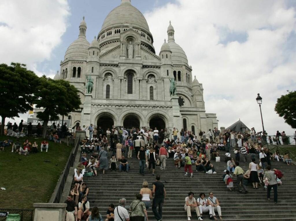SEVERDIG: Sacré-Coeur er en av de mest kjente kirkene i Paris - og den er et landemerke i byen. Fasaden er berømt - og tar seg best ut sett nedenfra.  Kirken ligger i nærheten av kunstnerkvarteret Montmartre. Foto: Se og Hør