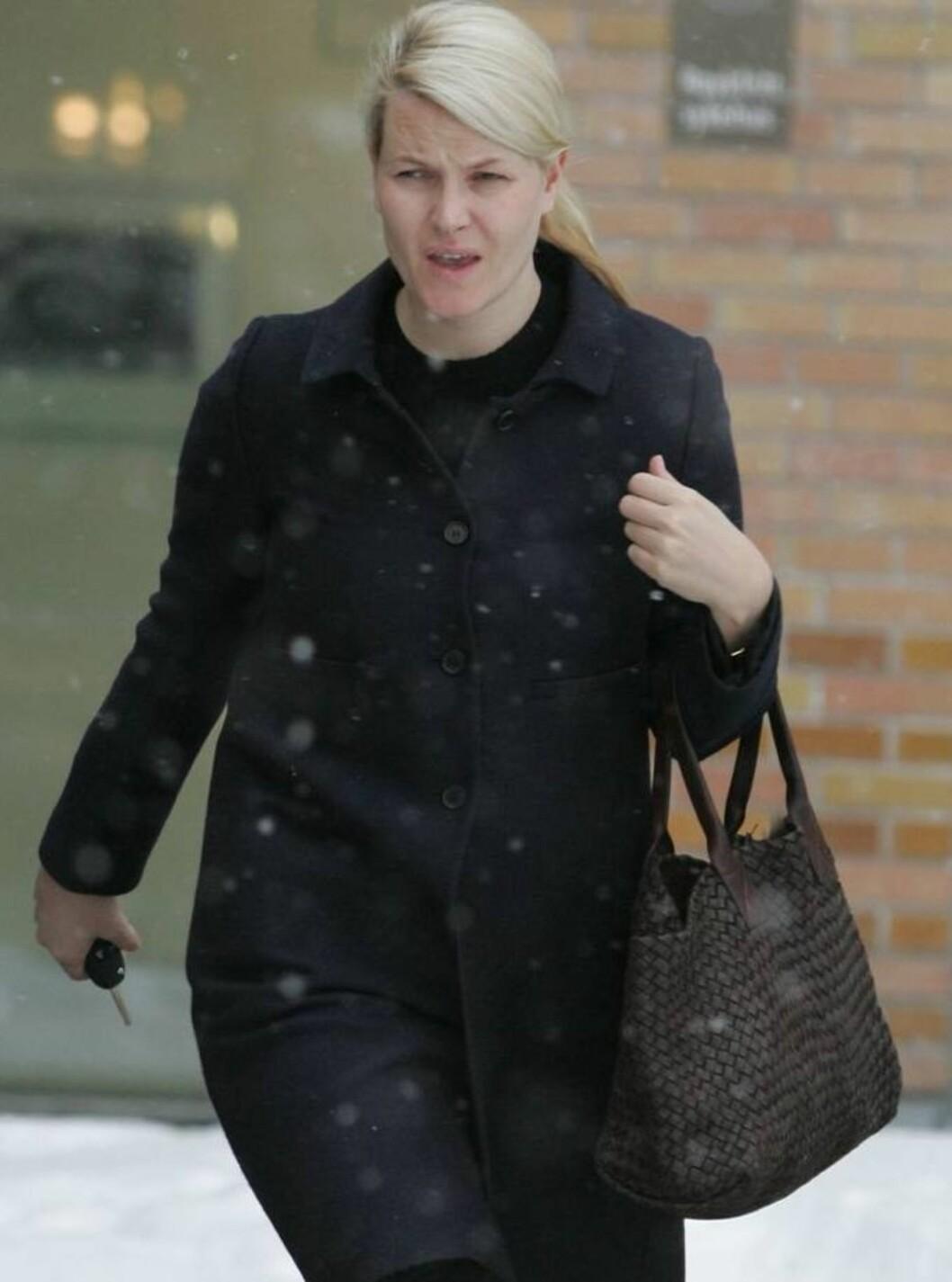 <strong>OVERNATTET:</strong> Kronprinsesse Mette-Marit på vei ut fra Rikshospitalet etter å ha tilbrakt natten på sykehuset sammen med sin syke sønn. Foto: Se og Hør