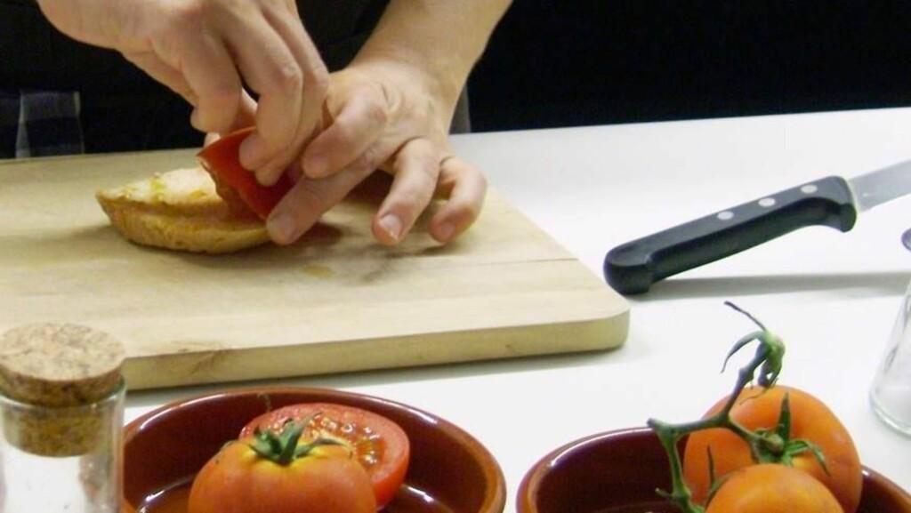 ENKELT OG GREIT: Her tilberedes det som på katalansk heter Pa amb Tomaquet #2013 brød med tomat. Gni innsiden av en godt moden tomat og et fedd hvitløk inn i et stykke ristet brød, hell over olivenolje og dryss med salt. Foto: Se og Hør